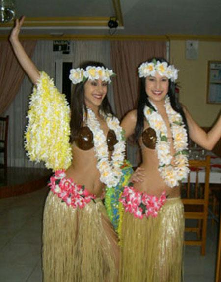 Zwei Mächem im Hawaii Kostüm
