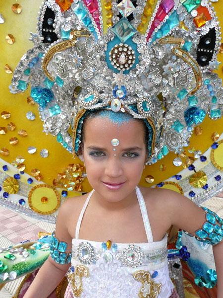 Die kleine Maria bei der Vorbereitng auf ihren Auftritt