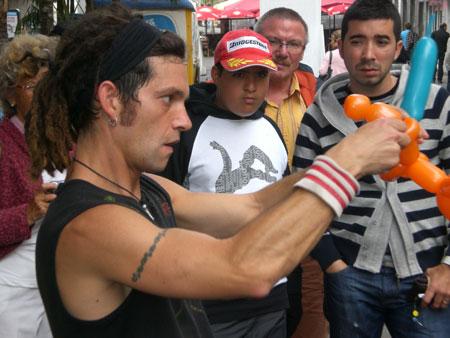 Sebastiano zaubert bunte Luftballonfiguren