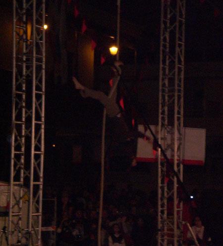 Akrobat führt Kunsstücke mit seinem Seil bei Mueca 2009 vor