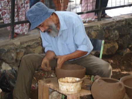 Alfarero beim Erarbeiten eines Tongefäßes