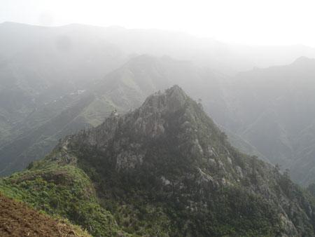 Blick aus schwindelnden Höhen vom Höhlendorf Chinamada
