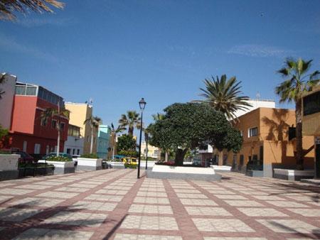 Moderner Dorfplatz mit Sitzmöglichkeiten in Punta Brava