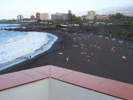 Feinkörniger Lavasand am Strand von Punta Brava