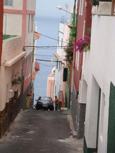 Von El Toscal in Richtung Meer, ein Auto paßt durch die enge Gasse