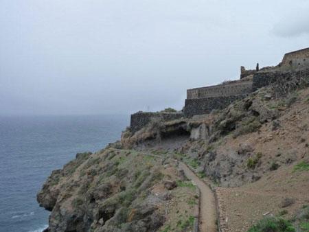 Wandersteig entlang der Küste