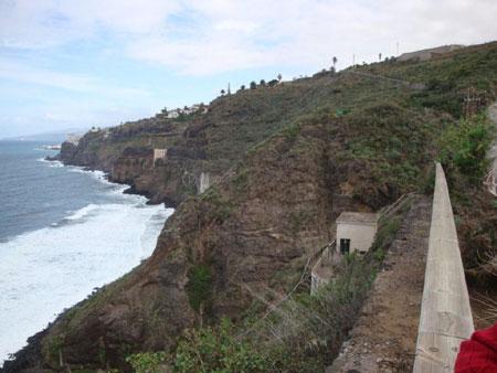 Blick zurück vom Plateau auf Stromhäuschen und Wasserwerksruine