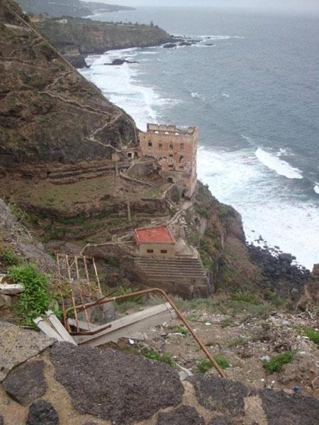 Blick auf die Ruine und den kleinen Wandersteig