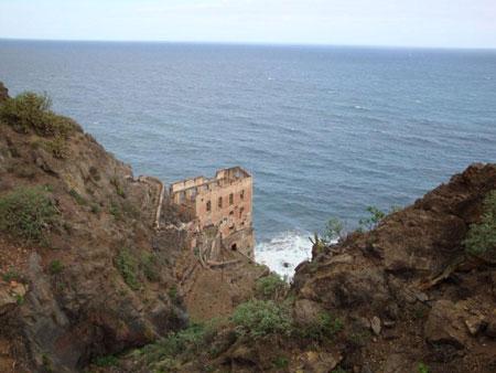 Wie ein Schloss thront das Wasserwerk über dem Meer