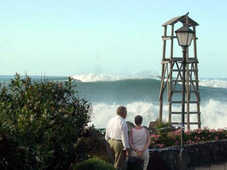 Riesige Welle in Punta Brava