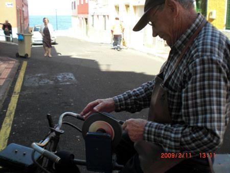Schleifstein auf dem Fahrrad