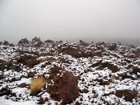 Schnee auf der Lava in die Caldera
