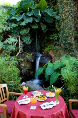 romtantischer Tisch am Wasserfall im Hotel Puerto de La Cruz