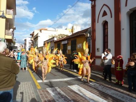 Tänzerinnen im Karnevalsumzug Teneriffa